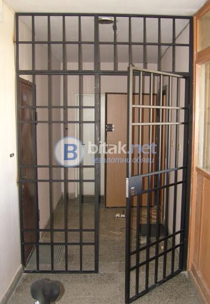 Метални решетки цени ( врати за мазета и дворове ) – преграждане на коридор