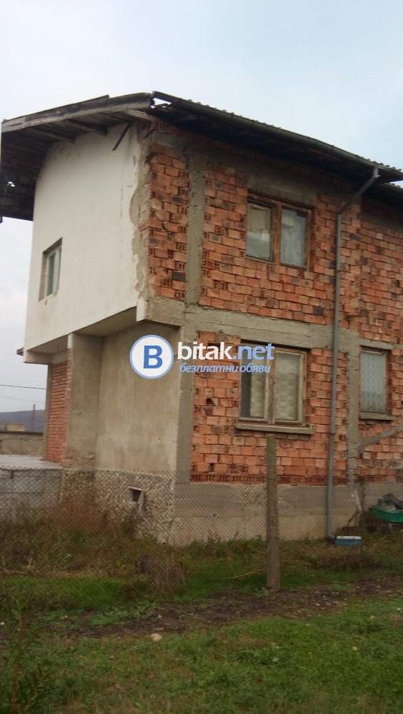 Заменям в с. Ясен двор с двуетажна монолитна  къща за апартамент в Плевен