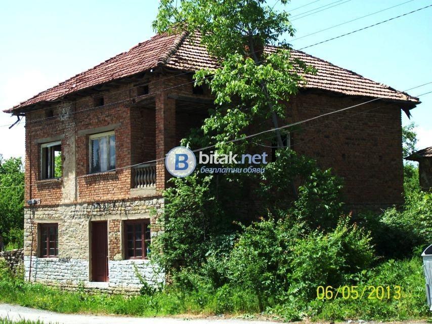 Продавам двуетажна селска къща с 5 дка двор, ток, вода, кладенец, асфалтов път