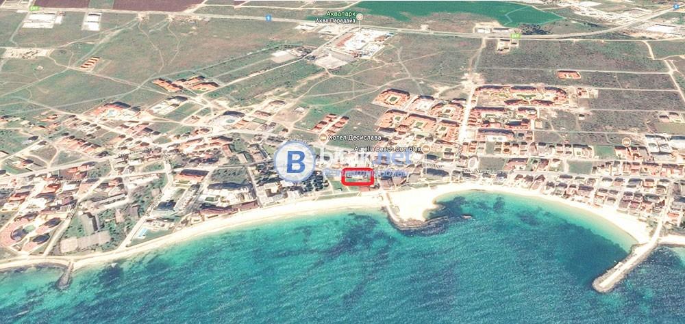 Продава двустаен апартамент в Равда, на първа линия на морето пред широкия пясъчен плаж.