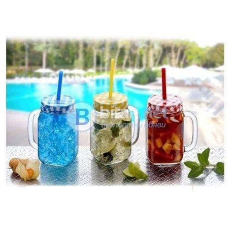 Стъклени буркани коктейл с цветни капачки и сламки