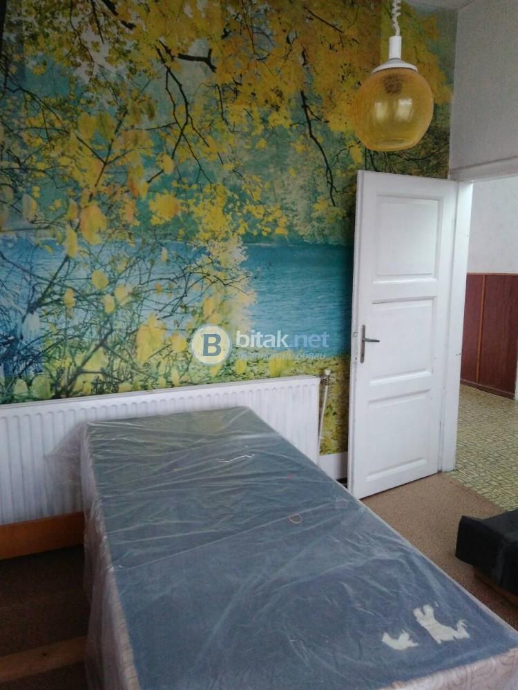 Продажба на два етажа от къща в Момчиловци