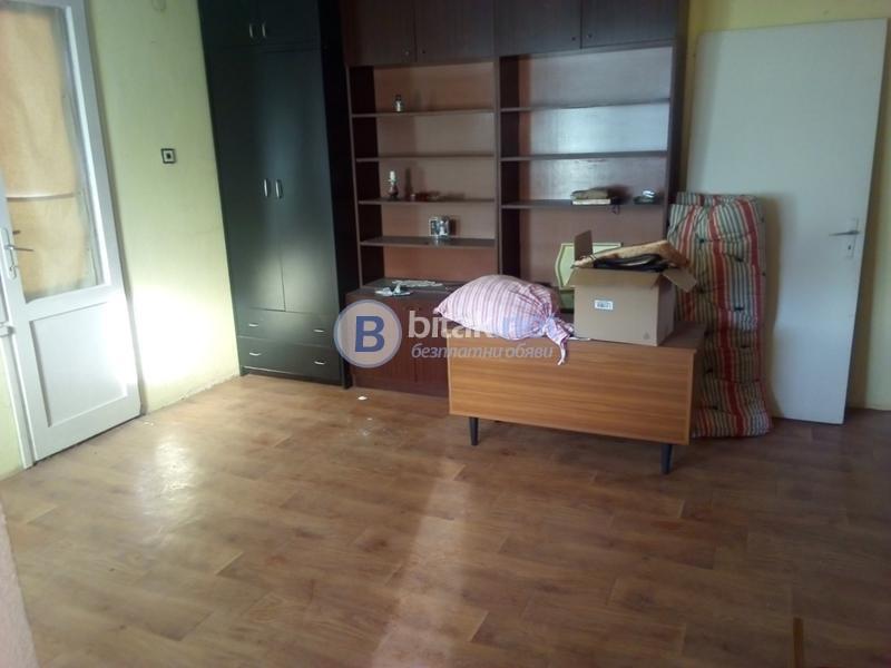 Продава етаж от къща с.Дрен обзаведен с двор 11000 евро