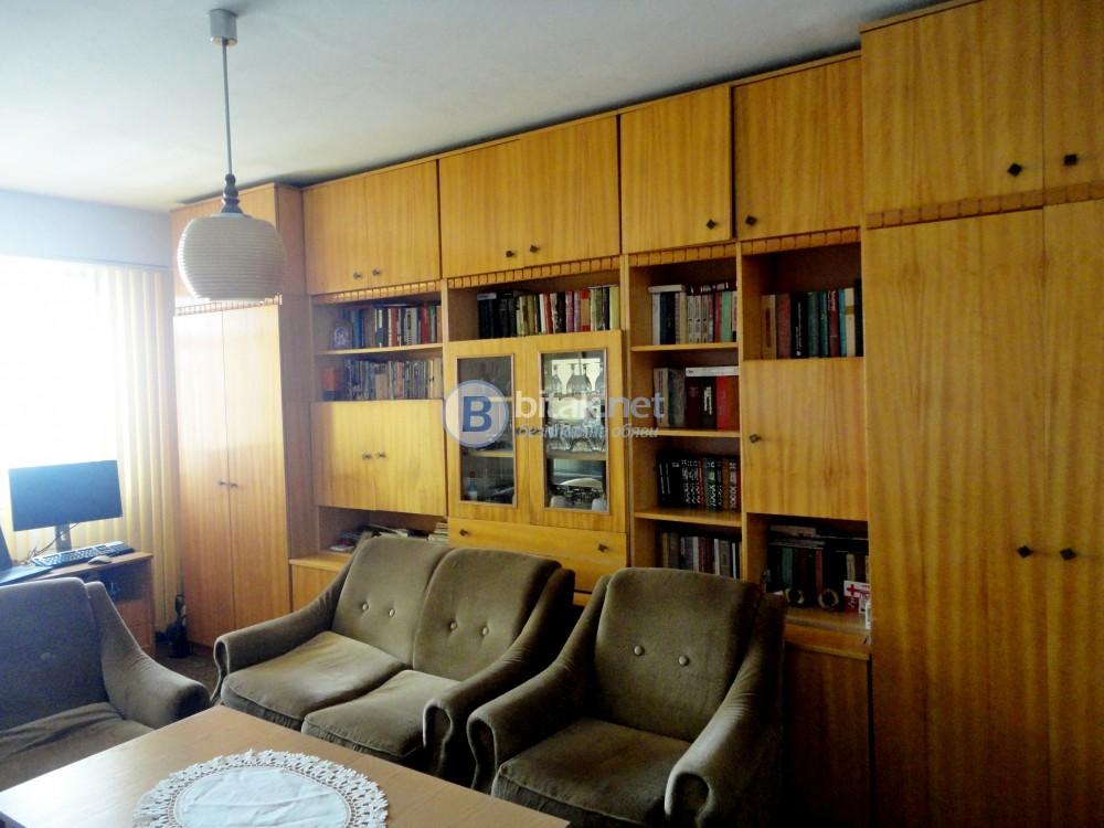 Продавам,тристаен,82.5 м2, 7/8, с тухлен гараж и  мазе 25 м2 ,панелен, обзаведен