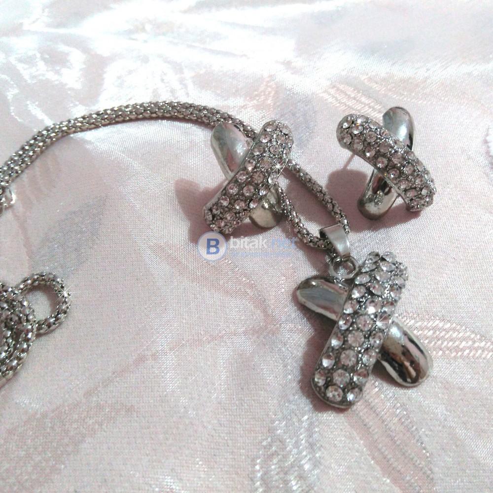 Комплект бижута обеци с винтчета и колие X с камъчета