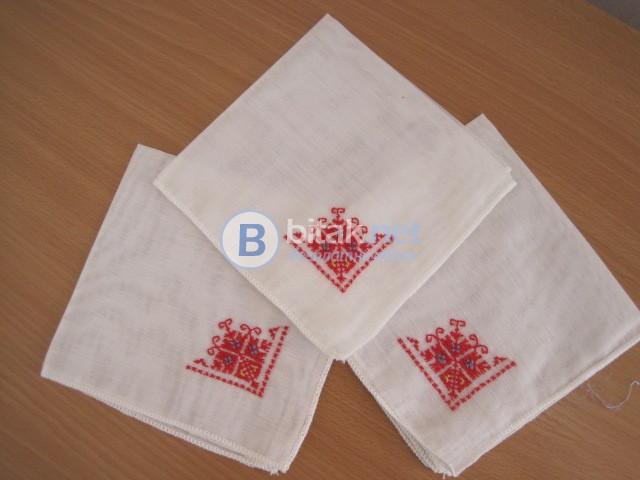 Нови кърпички с цветна и бяла бродерия