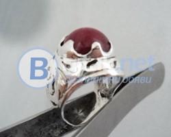модел 413 Сребърен пръстен с ажур и гравировка и червен красив нефрит