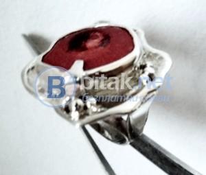 модел 407 Изработен от масивно сребро Дамски пръстен,с апликакация инкрустиран 1  камък червен корал